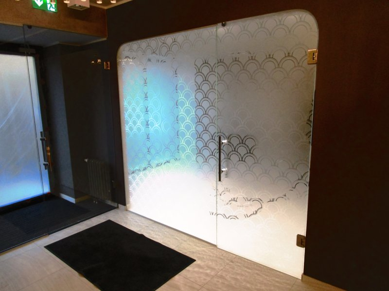 [:et] Hambakliiniku klaasist sein uksega