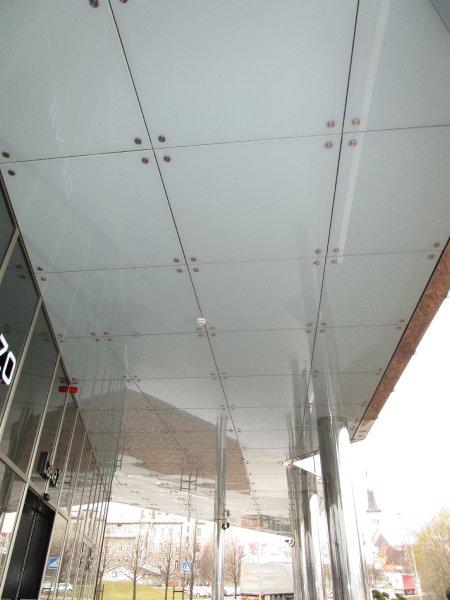 [:et]Büroohoone klaasist valguslagi