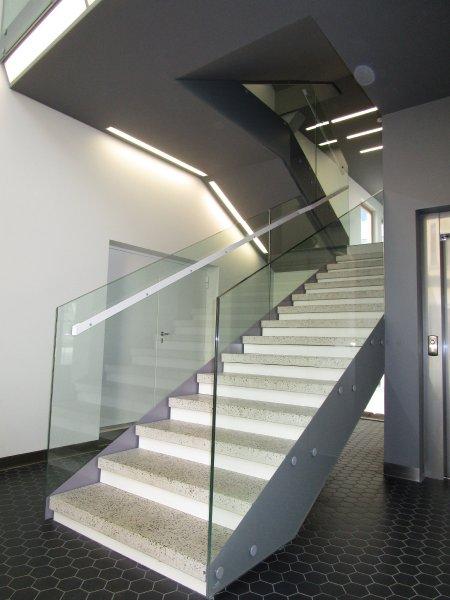 [:et]Büroohoone klaasist trepipiirded[:fi] Porraskaide[:ru]Стеклянное ограждение лестницы