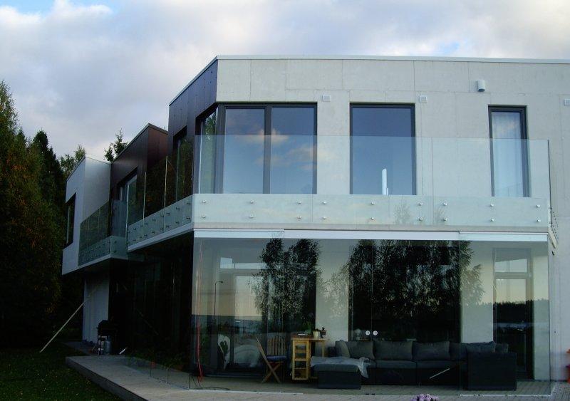 [:et]Eramu klaaspiirded[:fi]Omakotitalon lasikaiteet [:ru]Стеклянное ограждение частного дома