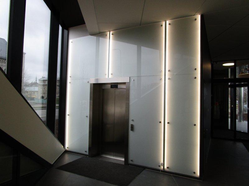 [:et]Büroohoone täisklaasist seinad liftidele