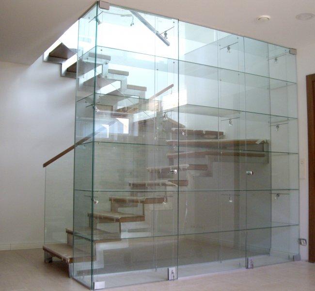 [:et]Täisklaasist vitriin riiulitega[:fi]Lasiviitriini [:ru]Стеклянная витрина