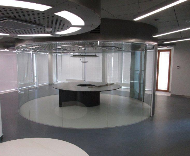 [:et]Raadiusega täisklaassein büroohoones[:fi]Lasiseinä toimistotiloissa [:ru]Стеклянная стена в офисеlaluse