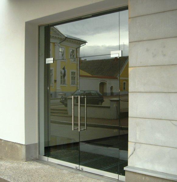 [:et]Klaasuksed klaasseinas[:fi]Lasiovet lasiseinässä[:ru]Стеклянная стена с дверью