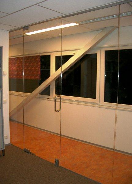 [:et]Klaasuksega klaassein[:fi]Lasiovi ja lasiseinä[:ru]Стеклянная стена с дверью
